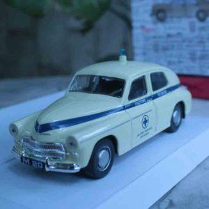 Schaalmodel 1:43 Warschau M20 'ambulance' crème wit met blauwe lijn en kruis
